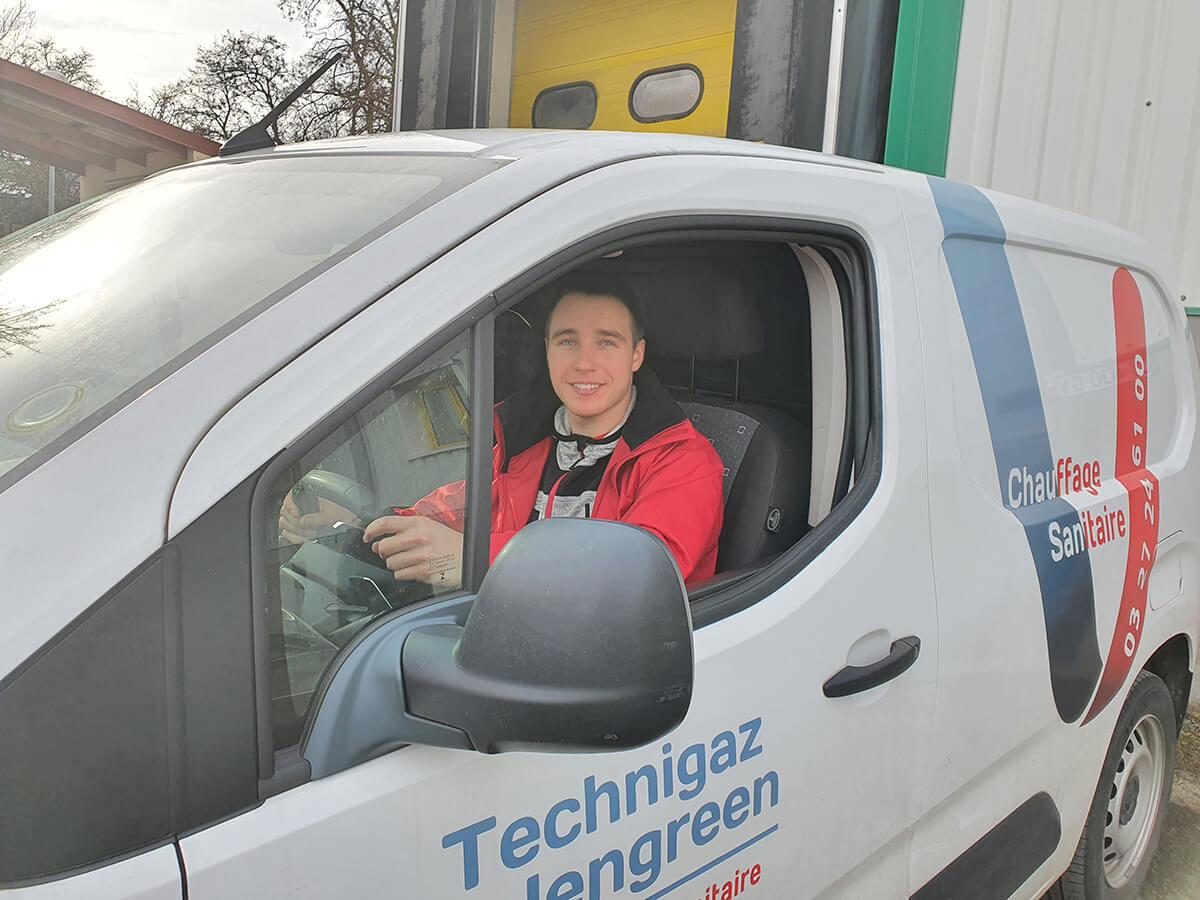 plombier chauffagiste à valenciennes dans sa voiture technigaz valengreen lmarly